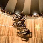 O Muro da Morte, acrobacias de três motos em um ângulo de 90º.