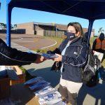Distribuição de kits de higiene e máscaras.