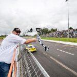 Primeiro campeão da Stock Car em 1979, Paulo Gomes deu a bandeirada da vitória.