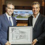 Pablo Di Si, à esq., entrega a obra produzida pelo chefe de Design da Volkswagen ao governador Beto Richa.