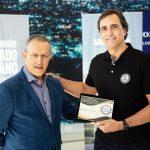 Volvo recebe Prêmio Lótus nas categorias caminhão do ano e caminhão pesado do ano.