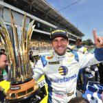 Daniel Serra e o troféu de campeão.