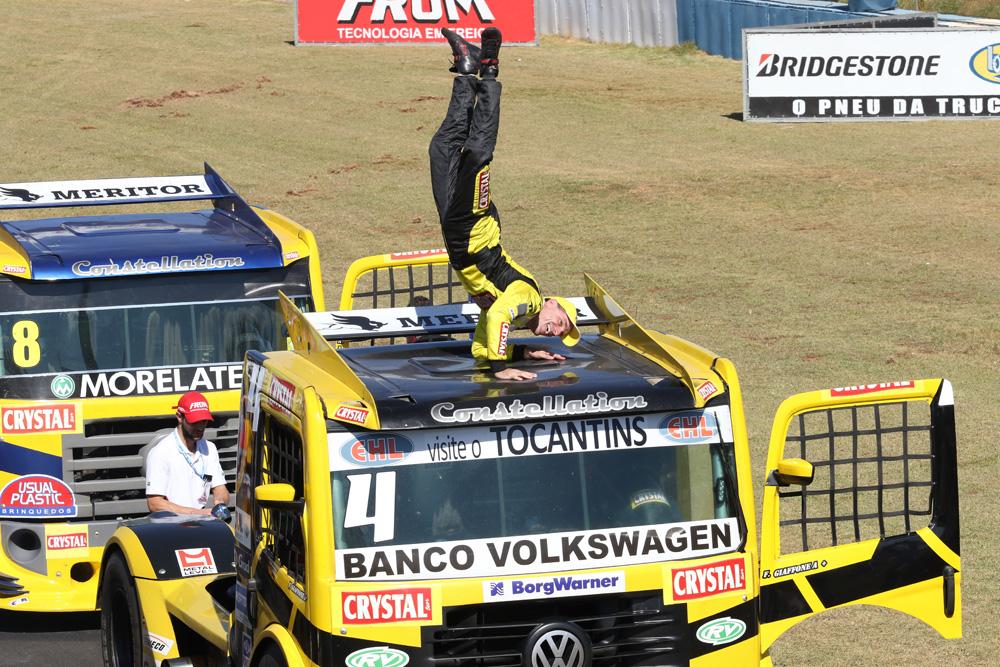Felipe Giaffone fez a festa no teto do seu caminhão Volkswagen  Constellation. 96bf3c77466c5