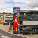Lateral do Centro de Controle Operacional, destaque para o painel Ayrton Senna, do grafiteiro Eduardo Kobra.