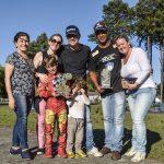 A família e o preparador comemoram o primeiro título de campeão do piloto Mirim.