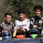 José Backes (3º), Stefano Marins (campeão) e Gustavo Myasava (vice-campeão) dão a volta da vitória da categoria Graduados.