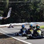 Márcio do Lago recebe a bandeirada da vitória na final, garantindo o título da categoria Super Sênior para Cascavel.