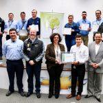 Diretores da GM e equipe da fábrica de Gravataí recebem certificado Energy Star.
