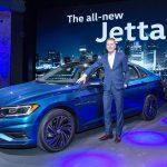 Dr. Herbert Diess, CEO da Marca Volkswagen, ao lado do Novo Jetta.