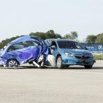 Primeiro sistema de proteção dos ocupantes acionado antes da colisão com airbag lateral externo capaz de reduzir até 40% das consequências de um acidente para as vítimas em caso de impacto lateral.