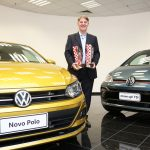 Vice-Presidente de Vendas e Marketing da Volkswagen do Brasil, Gustavo Schmidt, recebe os prêmios para Novo Polo e up! TSI.