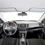 Painel multimídia tem Apple Car-Play e Android-Auto.