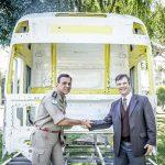 O comandante do 1.º Agrupamento de Bombeiros, TenCel Samuel Prestes recebe a cabine Volvo de Alexandre Parker.
