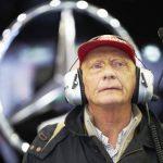 Niki Lauda nos boxes da Mercedes-Benz.