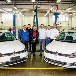 Da esquerda, Marcos Ruza (Diretor da Fábrica VW no Paraná), Pedro Henrique Garcia Lazzarotto (coordenador de educação profissional do Senai), Idalina Goslen Pauliv Cunha (gerente de unidade do Senai), Paulo Lukesic (gerente de RH da VW), Ivanor Wolski (analista de RH da VW) e Rafael Diana (Supervisor de RH da VW).