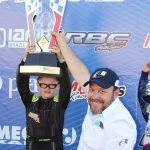 Filipe Vriesman, de Carambeí, recebe o troféu de campeão da categoria Mirim de Wagner Monteiro, presidente do Kart Clube de Cascavel.
