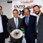 João Salgado entregando prêmio para executivos da Toyota.