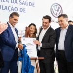 Da esquerda para direita: Rafael Greca de Macedo, prefeito de Curitiba; Adriano Lago, superintendente Hospital Erasto Gaertner; Pablo Di Si, presidente e CEO da Volkswagen América Latina; Luciana Saito Azevedo Massa, esposa do governador; Carlos Massa Ratinho Junior, governador do Estado do Paraná; Beto Preto, secretário de saúde do estado do Paraná; e Ney Leprevost, secretário de Justiça, Família e Trabalho do Paraná.