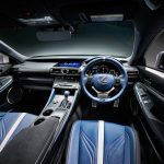"Interior com acabamento ""Heat Blue"" do RC F."