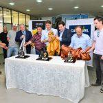 Momento em que os troféus dos três primeiros colocados da Cascavel de Ouro foram revelados aos presentes.
