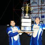 Rafael e Gustavo Simon posam com o troféu da 28ª edição das 500 Milhas de Londrina.