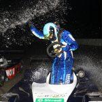 Gustavo Simon levou um banho da equipe após receber a bandeirada nas 500 Milhas de Londrina.