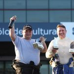 Eduardo Ortolan e Sandro Suptitz vibram com os troféus nas mãos.