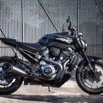 Este modelo Streetfighter de 975cc faz parte da nova plataforma modular de motocicletas de 500cc a 1250cc.
