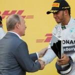 Hamilton recebe o troféu das mãos do presidente Vladimir Putin.