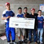 Mecânicos da equipe com o cheque da premiação.