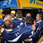 Camilo comemora com a equipe.