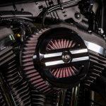 Kit do filtro de ar Screamin' Eagle® Performance com visual ousado inspirado em corridas.