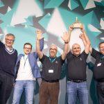 Martin Daum, Chefe Mundial da Daimler Trucks & Buses, entrega o troféu aos representantes do time do projeto do Campo de Provas da M-Benz.