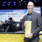 """Klaus Bischoff, Chefe de Design da Volkswagen, recebeu o prêmio principal, """"Marca Mais Inovadora de 2017"""", em nome da Volkswagen."""